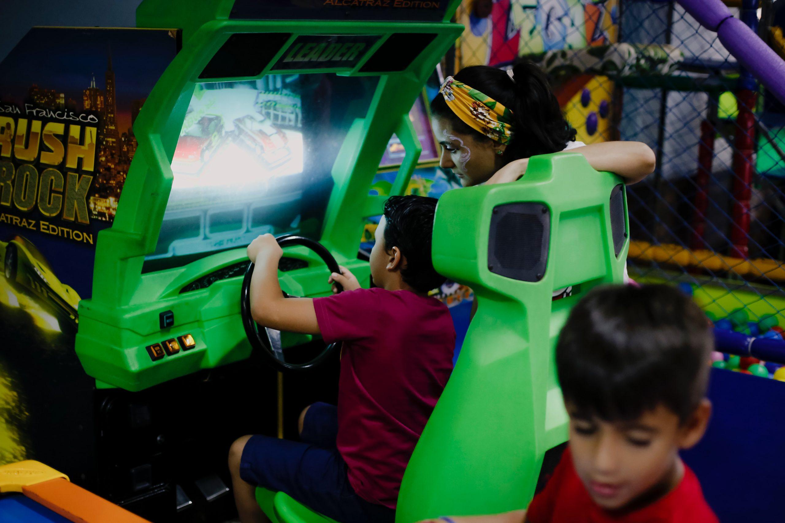 10 המכוניות החשמליות/ממונעות הטובות ביותר וגלגלי כוח לילדים